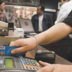 Prorrogan la devolución del 5 por ciento del IVA para las compras con débito